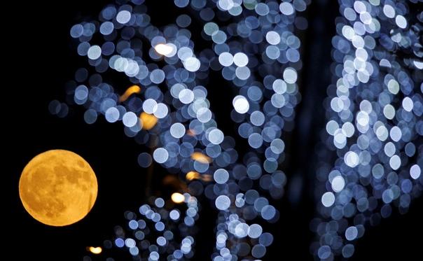 Суперлуние-2017: вид на огромную Луну из разных уголков планеты В ночь с 3 на 4 декабря жители Земли могли наблюдать суперлуние. Спутник нашей планеты подошел на максимально близкое расстояние и