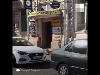 В центре Ростова мужчина сорвался со стены дома