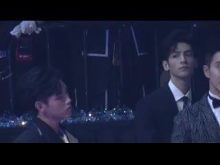 [Fancam] FYFY на церемонии Tencent - Лео поглядывает на Артура