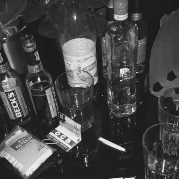 первый картинки бухла и сигарет на столе помощь
