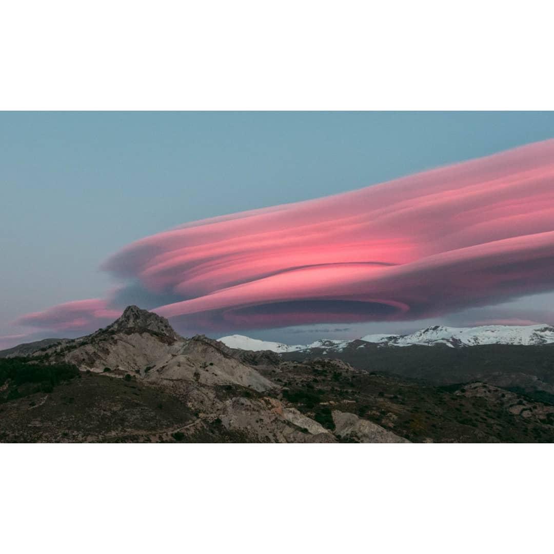 В небе над Испанией открылся пурпурный «портал в другое измерение» (фото) IKwB54rDjgw