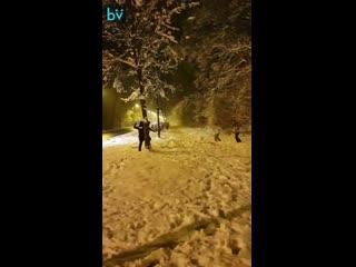 В Румынии полицейские, приехав на вызов, решили поиграть с подростками в снежки