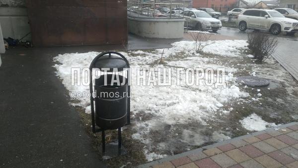 Коммунальщики установили урны во дворе на Льва Яшина