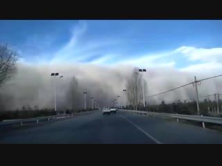 Китайский город накрыла песчаная буря (2)