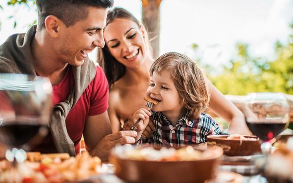 family eating at restaurant - HD7056×4702