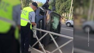 В Ярославле на Республиканском проезде утром внедорожник перевернулся и заблокировал целую полосу