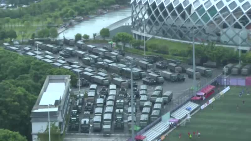 17 08 19 Des unités militaires de l'armée chinoise se déploient dans la ville portuaire de Shenzhen mp4