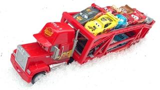 Машинки Тачки Молния Маккуин и Мак Транспортер Ищем Маквинов в Снегу, Перевозим на Грузовике