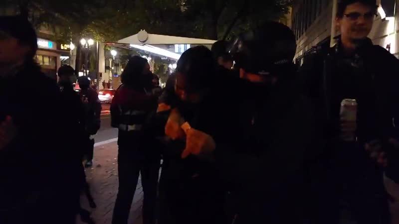Полиция избивает фотожурналистов во время акции BLM в Портланде 28 сентября