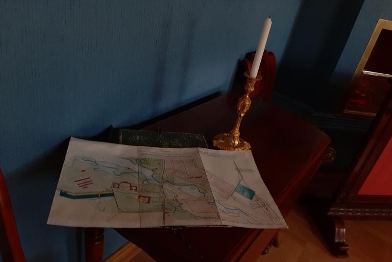 Приемная Николая I в Арсенальном каре. Карта Гатчины на столе с отпускными полями.