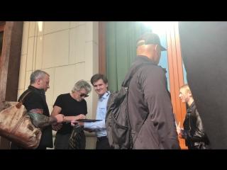 Сын Владислав берёт автограф у легенды прогрессивного рока Роджера Уотерса. 31 августа 2018 г.