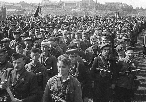 16 июля 1944 г. в освобожденном Минске прошел парад партизан. В параде, продолжавшемся несколько часов, участвовало 30 партизанских бригад. К 9 утра на поле в районе улицы Красноармейской в