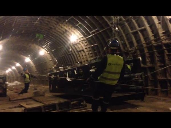 Elmlər akademiyası metro stansiyasında təmir zamanı eskalatorların dəyişdirilməsi Eksklyuziv video