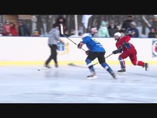 В День снега на главной площади города состоялся товарищеский хоккейный матч
