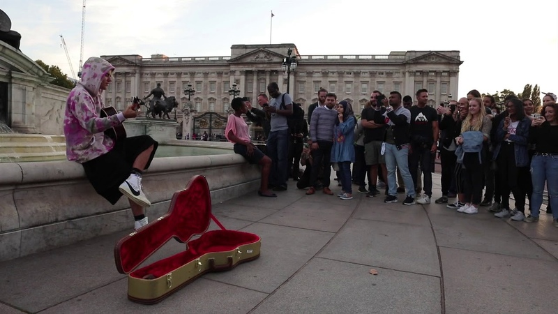 Justin Bieber and Hailey Baldwin busking at the Queen Victoria memorial near Buckingham palace