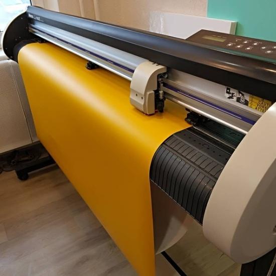 Плоттерная резка — технология, которая позволяет прорезать до подложки, высекать, перфорировать, резать - Типография Седьмой Легион