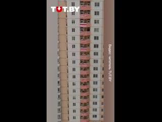 В Уручье люди вышли с бело-красно-белыми флагами на балконы дома