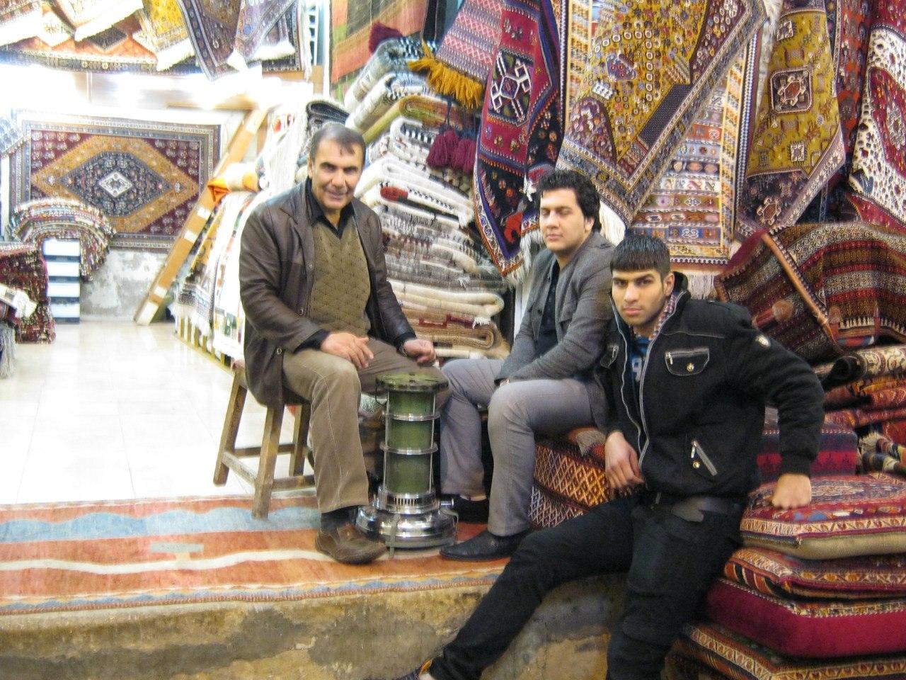 На базаре в Иране Народ греется газовой грелкой
