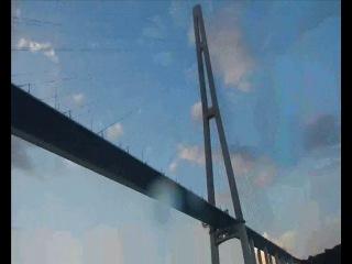 Вид снизу мост на о Русский