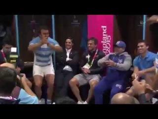 После победой над Тонго, Марадона танцует с аргентинскими игроками в раздевалке (регби)