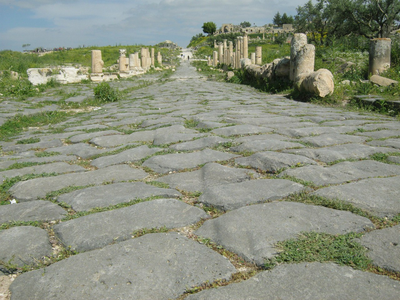 впечатавшиеся колеи от древних повозок