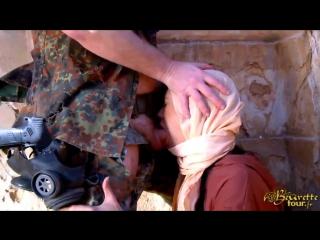 Солдат поймал и изнасиловал мусульманку, beurettetour военное порно военный воин