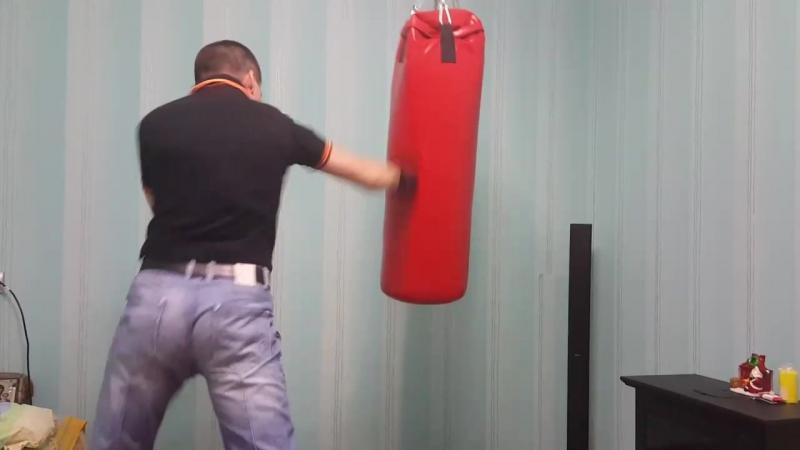 Работа Евгения с боксерским мешком