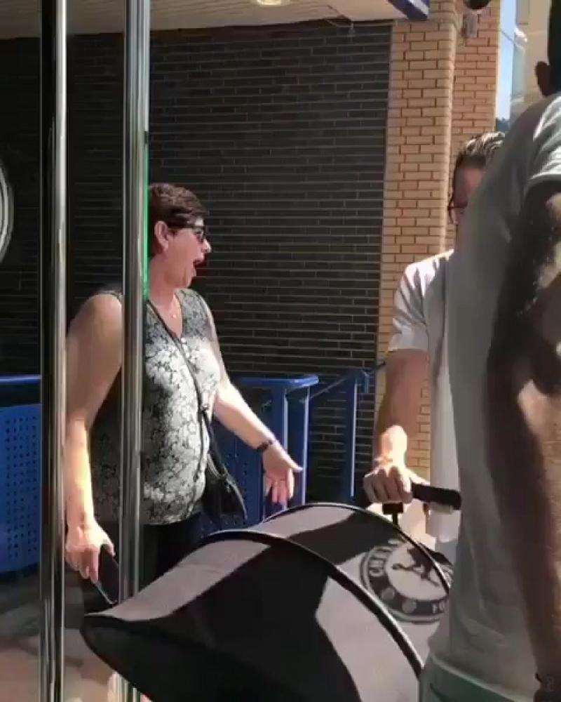 Реакция мамы Jorginho, когда она увидела футболку сына в магазине Челси ⚽️❤️