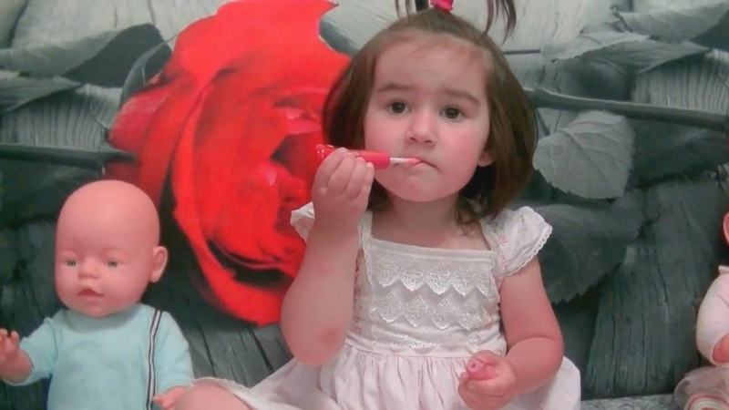 САФИЯ КАК МАМА. Сафия красит губы и ногти Детским лаком. Safiya Show for Kids 0