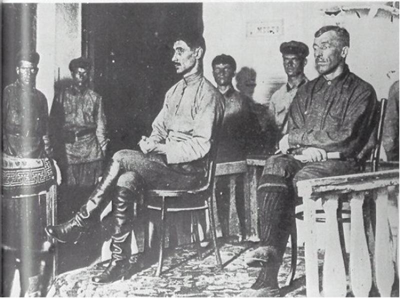 Фото из зала суда в Семипалатинске. Анненков (в светлой косоворотке) сидит с отрешённым видом: