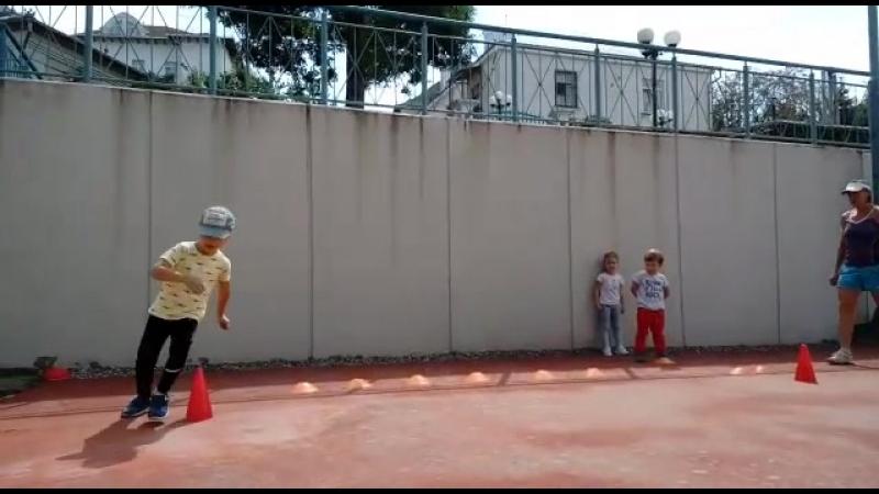 малыши ноги теннисиста Спорт тренировки теннис в Кисловодске
