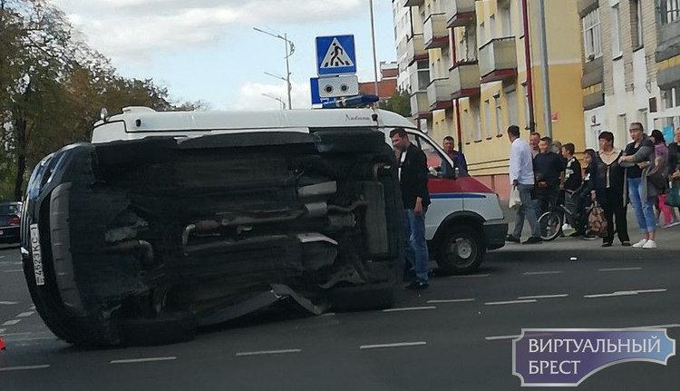 На бульваре Космонавтов в результате ДТП автомобиль перевернулся, и лёг на бок