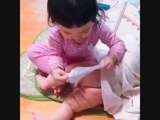 Какая умница. Помогает маме и папе