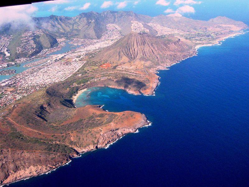 Райский пляж внутри древнего кратера