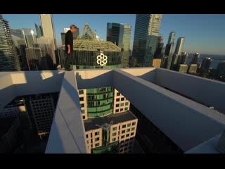 Трюки без страха на крыше небоскреба