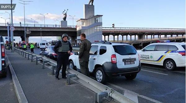 В Киеве мужчина, угрожающий взорвать мост, открыл стрельбу