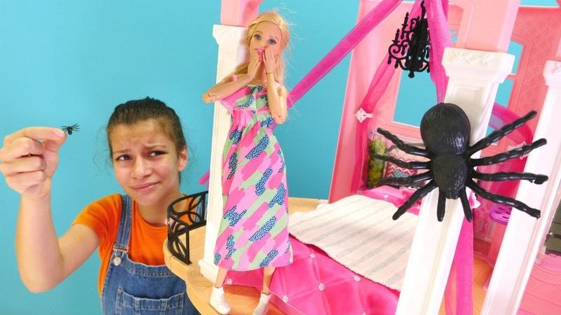 Barbienin evinde kocaman böcekler dolaşıyorlar! Komik Barbie videosu. Kız oyunları