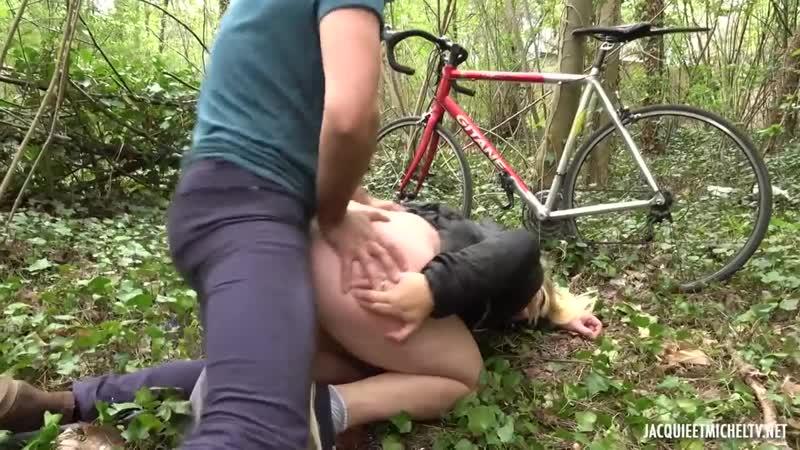 Развратная мамзель спустила штаны в лесу