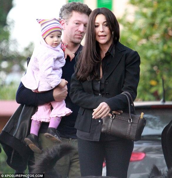 Моника Беллуччи и Венсан Кассель с дочерью Леони Леони Кассель родилась в 2010. У нее есть старшая родная сестра Дэва (р. 2004) и младшая сводная Амазони (р.