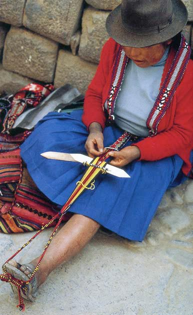Ткачиха работает за маленьким поясным станком прямо на улице Куско в Перу (фото: Thompson, Angela).