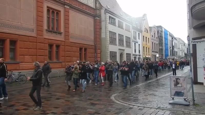 BfeD Rostock 18 05 2020 Spazieren gehen mit Klatschkonzert Corona die Krone der Lüge