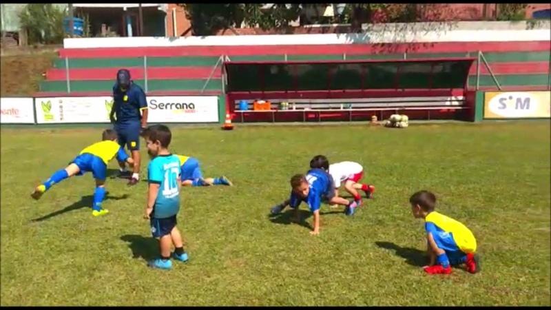 Treino de futebol futsal para crianças de 5 a 10 anos