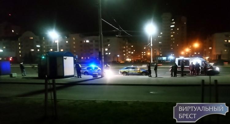 Автомобиль такси сбил людей на переходе и пытался скрыться