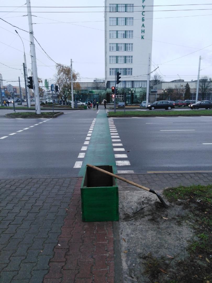 Ящики с песком устанавливают прямо напротив велопереходов. А где же ещё?