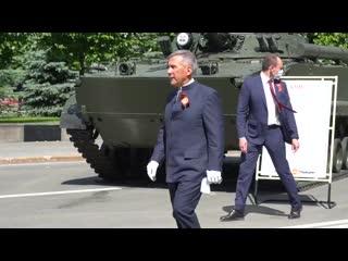 Рустам Минниханов прошел по Площади Свободы, чтобы отдать дань уважения ветеранам и участникам ВОВ