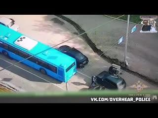 Водитель джипа, инкассатор платежных терминалов, лихо отбился от налетчиков