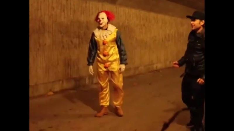 Пранк клоун против пистолета