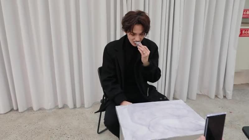 Чжентин ищет стол, чтобы вкусно поесть