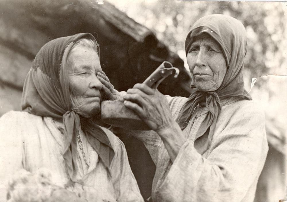 Йомзя-знахарка колдовством лечит трахому