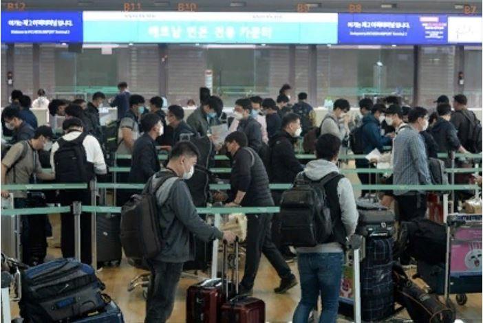 Группа из 340 корейских бизнесменов из 143 компаний выстраивается в очередь, чтобы вылететь из Междунаро